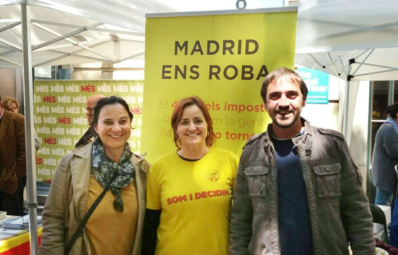 Vicepresidenta Agnès Ambròs amb Mateu Xurí i Teresa Sastre (Esquerra Republicana)