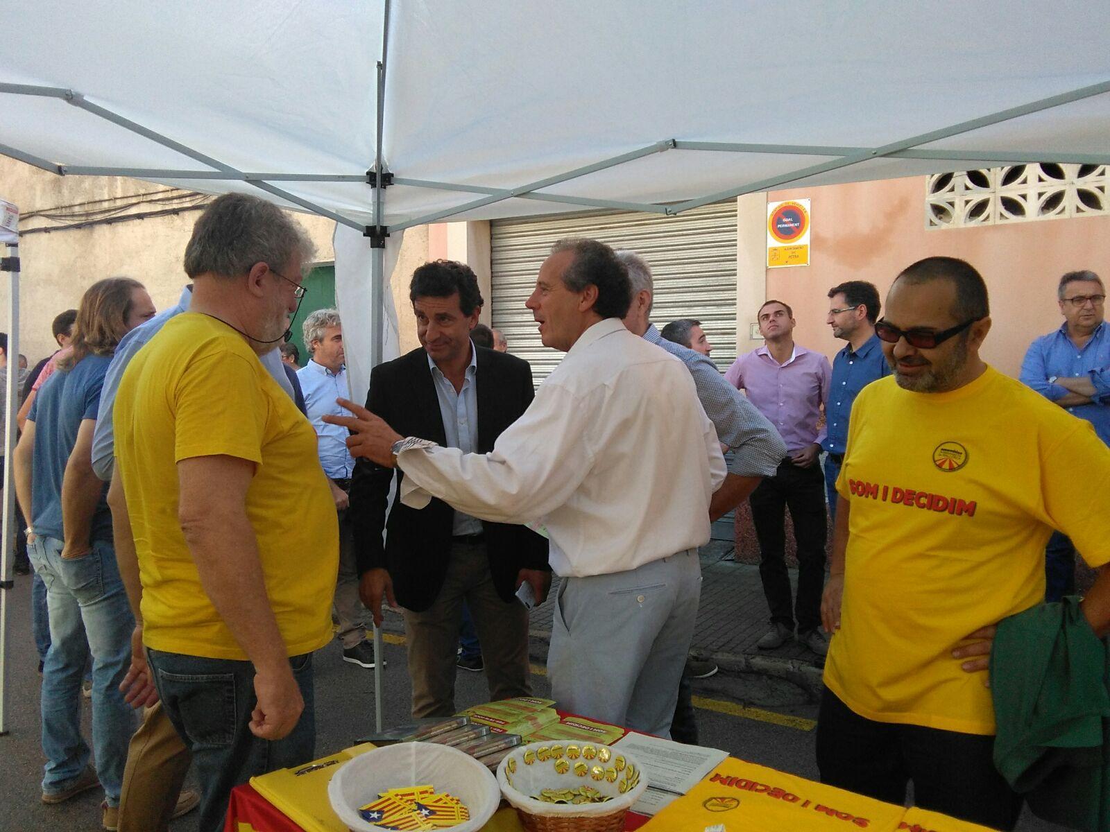 Membres de l'ASM a Petra, amb el batle Salvador Femenías (El Pi) i Biel Company (PP)