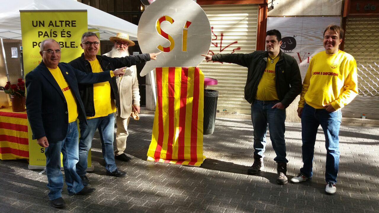 Membres de l'ASM amb la pancarta de suport al Pacte Nacional pel Referèndum