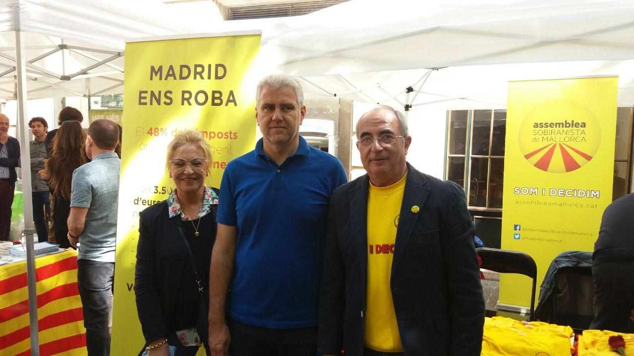 President Soler i presidenta de la secció local de Palma, Joana Mª March, amb Josep Melià d'el Pi