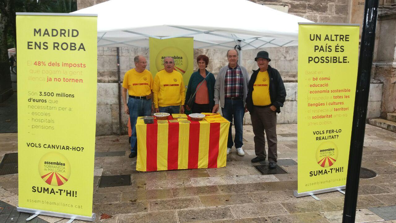 Membres de l'ASM a la parada informativa dels dissabtes a Palma