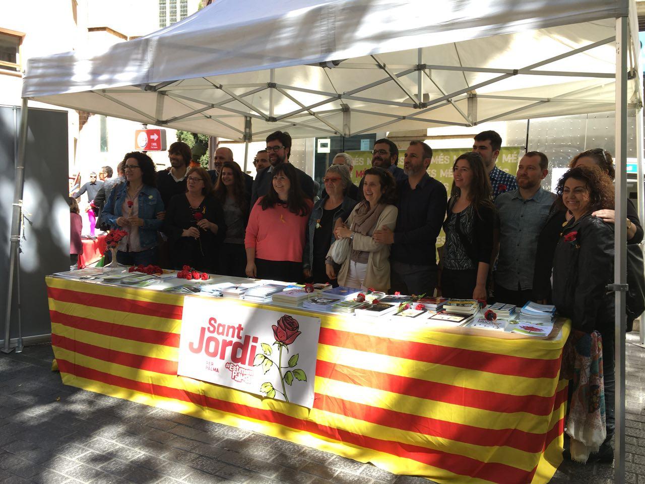 Polítics a la paradeta ASM de Sant Jordi
